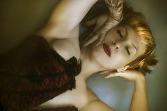 Di seta, ami, media di sguardo, tatuata Modello femminile erotico biondo Fotografia Stock Libera da Diritti