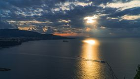Di Sorrente de m?ta, comune dans la province de Naples, voyage, h?tels, route et transport, beaux nuages et ligne ensoleill?e lum photographie stock