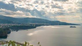 Di Sorrento, comune en la provincia de Nápoles, viaje, hoteles, nubes hermosas de la meta del lapso de tiempo metrajes