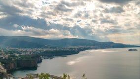 Di Sorrento, comune en la provincia de N?poles, viaje, hoteles, nubes hermosas de la meta del lapso de tiempo almacen de video