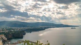 Di Sorrento, comune i landskapet av Naples, lopp, hotell, h?rliga moln f?r Meta f?r Tid schackningsperiod lager videofilmer