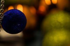 di una palla blu di Natale dell'oggetto immagini stock libere da diritti