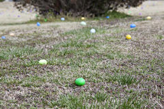 di uova di Pasqua colorate Multi che risiedono in un campo di erba immagini stock