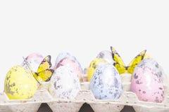 di uova di Pasqua colorate Multi su un fondo bianco con un mazzo di lettere di legno Pasqua felice Pasqua felice fotografie stock