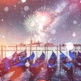 Di van Ponte van de Rialtobrug in Venetië, Italië bij nacht Brigh Stock Afbeelding