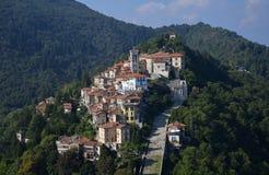 Di Varese, Lombardía, Italia del monte de Sacro Silueta del hombre de negocios Cowering imagen de archivo libre de regalías