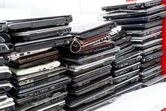 Di vecchio, computer portatile tagliato ed obsoleto della pila per la riparazione fotografia stock