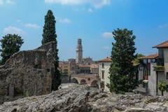 Di Verona del duomo una vista dalle rovine e dagli alberi alti fotografia stock libera da diritti