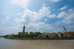 Di Verona del Duomo y di Santa Anastasia de la basílica foto de archivo