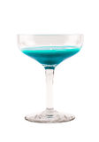 Di vetro in pieno con il cocktail blu-chiaro su un fondo bianco Fotografie Stock