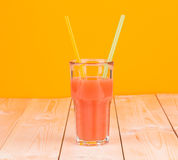 Di vetro in pieno del succo di pompelmo fresco saporito Fotografia Stock