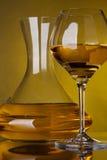 Di vetro in pieno di vino e dei decantatori del vino Immagini Stock Libere da Diritti