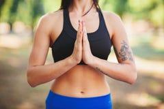 Di yoga donna sportiva di misura all'aperto - che fa yoga nella foresta di autunno fiore della sfuocatura della priorità bassa al Immagini Stock Libere da Diritti