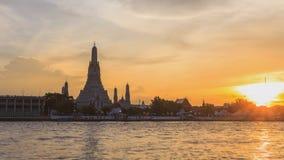 Dia à opinião lateral do rio do lapso da noite Wat Arun Ratchawararam Ratchawaramahawihan video estoque
