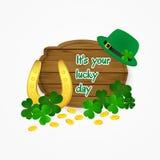 Dia afortunado - ferradura do dia de Patrick de Saint, moedas e fundo do trevo Fotografia de Stock Royalty Free