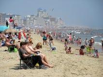 Dia aglomerado na praia em agosto imagem de stock