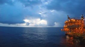 Dia ao lapso da noite a pouca dist?ncia do mar com tempestade bonita ou chover no fundo filme