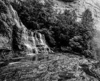 Dia azul da paisagem da cachoeira do parque nacional de Katoomba das montanhas da atmosfera chuvosa enevoada monocromático fotos de stock