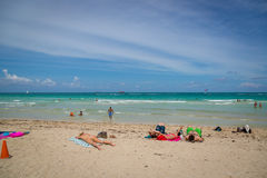 Dia bonito do céu azul na praia de Miami em Florida Imagens de Stock