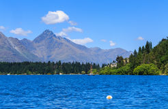 Dia bonito no céu azul do lago e na água fresca Fotos de Stock Royalty Free