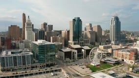Dia bonito no centro da cidade urbano do centro do campo de jogos da margem de Cincinnati Ohio video estoque