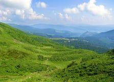 Dia brilhante do verão nos Carpathians, a montanha é inundada com a luz solar fotografia de stock