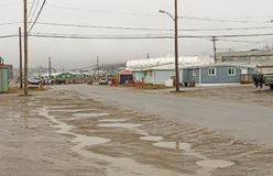 Dia chuvoso em uma vila ártica Fotografia de Stock