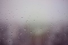 Dia chuvoso na janela foto de stock