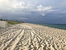 Dia chuvoso na praia imagem de stock