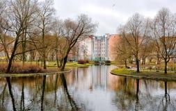 Dia chuvoso nebuloso no jardim de Yusupov Rússia St Petersburg Fotos de Stock Royalty Free