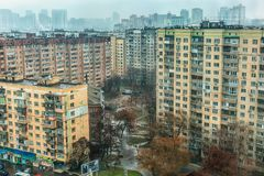 Dia chuvoso no distrito soviético fotos de stock