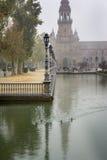 Dia chuvoso no quadrado ou em Plaza espanhola de Espana em Sevilha, Espanha imagem de stock