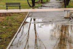 Dia chuvoso Reflexão na poça na rua da cidade durante a chuva Fotos de Stock