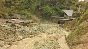 Dia chuvoso sobre a vila pequena da mineração do ouro em Equador do sul video estoque