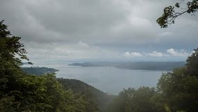 Dia chuvoso, tormentoso sobre o lago Constance, Alemanha - lapso de tempo video estoque