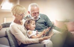 Dia com tabuleta digital fotografia de stock royalty free