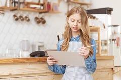 Dia consciente da despesa da menina no café da família foto de stock