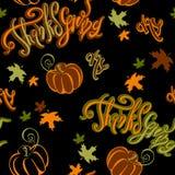 Dia da acção de graças Teste padrão sem emenda Abóbora alegre inspirador da rotulação e folhas de outono no fundo preto cheerful ilustração royalty free