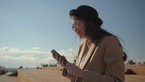 Dia da despesa da menina em uma praia filme