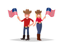 Dia da Independência americano O homem e a mulher vestidos em trajes nacionais estão guardando bandeiras americanas Imagens de Stock Royalty Free