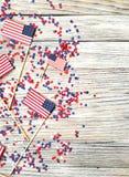 Dia da Independência, celebração, patriotismo e conceito americanos dos feriados - bandeiras e estrelas no 4ns do partido de julh Foto de Stock Royalty Free
