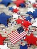 Dia da Independência, celebração, patriotismo e conceito americanos dos feriados - bandeiras e estrelas no 4ns do partido de julh Imagem de Stock