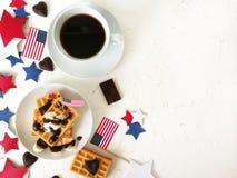 Dia da Independência, celebração, patriotismo e conceito americanos dos feriados - waffles e café com bandeiras e estrelas no 4ns Imagem de Stock