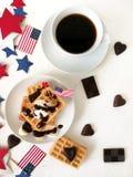 Dia da Independência, celebração, patriotismo e conceito americanos dos feriados - waffles e café com bandeiras e estrelas no 4ns Fotografia de Stock Royalty Free
