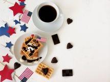 Dia da Independência, celebração, patriotismo e conceito americanos dos feriados - waffles e café com bandeiras e estrelas no 4ns Foto de Stock Royalty Free