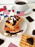 Dia da Independência, celebração, patriotismo e conceito americanos dos feriados - waffles e café com bandeiras e estrelas no 4ns Fotografia de Stock