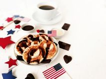 Dia da Independência, celebração, patriotismo e conceito-bolos de queijo e café americanos dos feriados com bandeiras e estrelas  Imagens de Stock