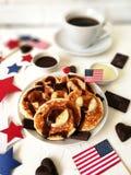 Dia da Independência, celebração, patriotismo e conceito-bolos de queijo e café americanos dos feriados com bandeiras e estrelas  Imagem de Stock
