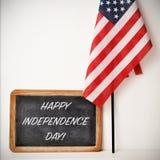 Dia da Independência feliz do texto e bandeira americana Foto de Stock