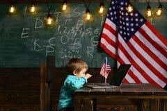 Dia da Independência feliz dos EUA Ensino eletrónico ou cursos em linha em casa que educam Patriotismo e liberdade Little Boy Fotografia de Stock